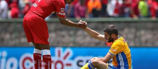 Solidaridad deportiva en la cancha de fútbol.