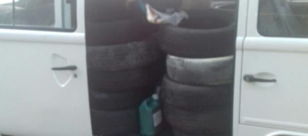 Kombi com pneus foi apreendida pela polícia