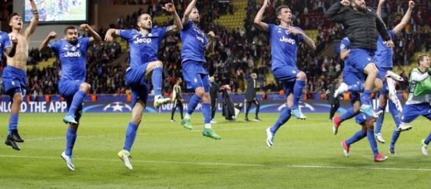 L'esultanza dei giocatori della Juventus al termine della partita.