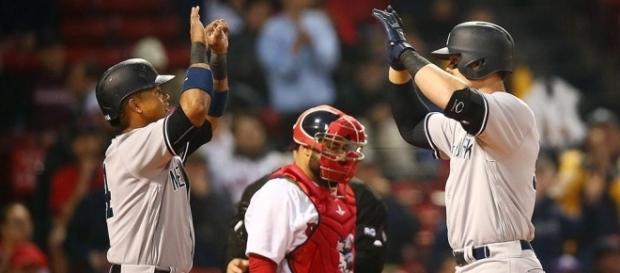 Starlin Castor (izq.) celebra con Aaron Judge tras anotar en el juego del pasado miércoles, en Boston. (vía twitter - OliverCH17).
