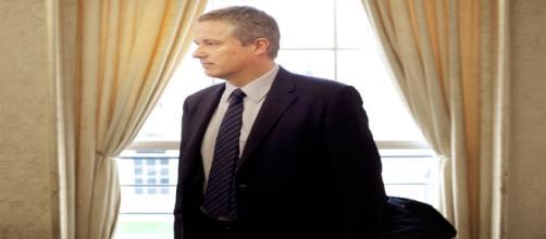 Le 31 mars 2012, Nicolas Dupont-Aignan, candidat à la présidentielle, dans la mairie de Yerres
