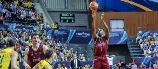 Melvin Ejim al tiro durante la semifinale di Basketball Champions League (via Reyer.it)