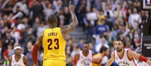 The Cavs and Raptors will meet in an East semifinals matchup. [Image via Blasting News image library/crainscleveland.com]