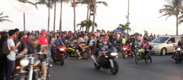 Los bikers de todas partes dando vueltas por el circuito que bordea la costa.