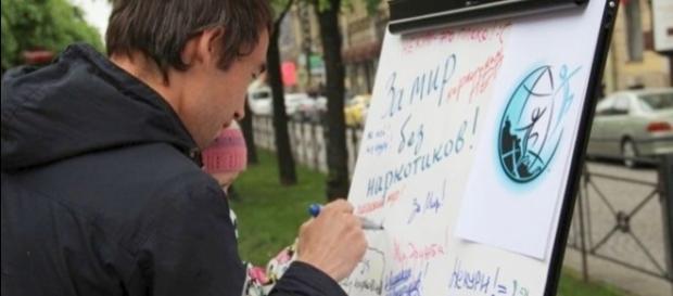 Voluntarios instan a la gente de San Petersburgo a vivir sin drogas