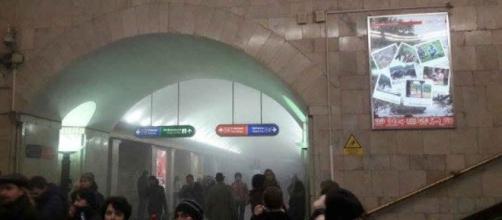 Prime immagini della coltre di fumo per le esplosioni nella metropolitana di San Pietroburgo