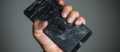 Smartphone rotto, arriva il vetro che si autoripara.