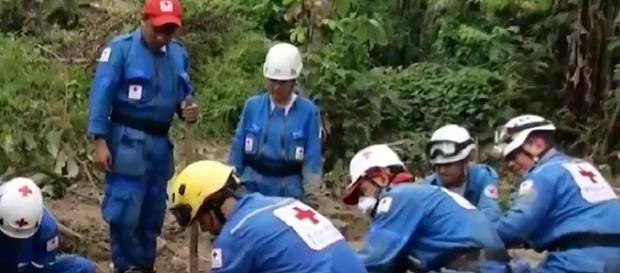Grupo de rescate trabaja en búsqueda de cuerpos atrapados