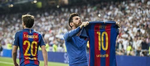 Leo Messi enseñando a la afición merengue su camiseta, después de marcar el gol de la victoria contra el Real Madrid en el Bernabeú