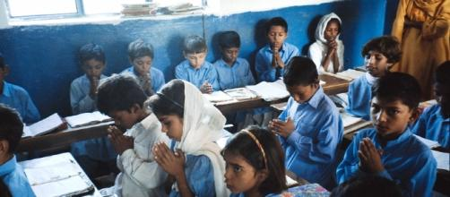 Studenti in Pakistan: gli islamisti vogliono impedire l'istruzione