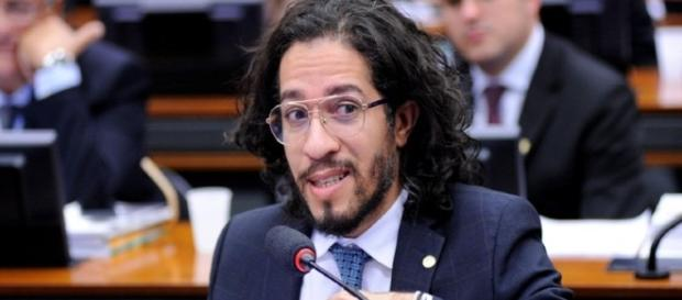 Jean Wyllys não perderá o mandato por cuspir em Jair Bolsonaro (Foto: Reprodução)