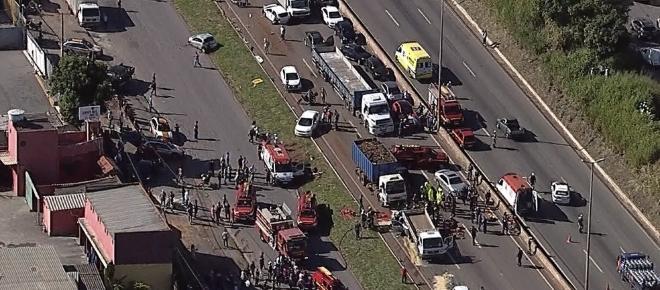 Acidente com 8 veículos fecha Anel Rodoviário. Veja o vídeo