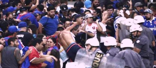 Ação da polícia acalma torcida do Universidad ontem, na Arena