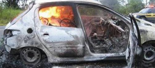 Carro do vendedor foi depredado e incendiado