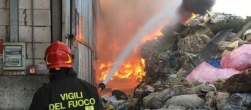 I vigili del fuoco al lavoro per domare le fiamme.