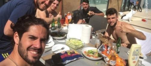 Isco Alarcón, comiendo con amigos una bolsa de patatas del F.C. Barcelona