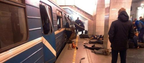 Le immagini strazianti riportano gli istanti immediatamente successivi alla strage presso la metro di San Pietroburgo.