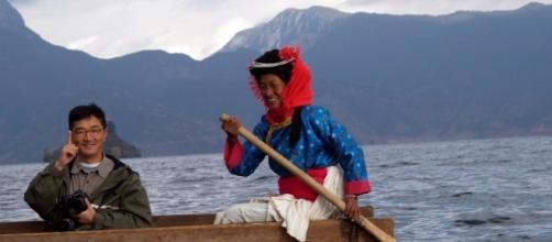 Mujer Mosuo remando en el lago Lugu