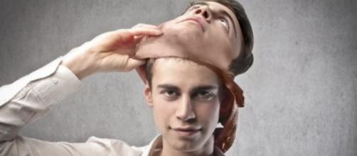 Segundo um especialista em linguagem corporal, existe um jeito para que uma mulher possa revelar se o homem está mentindo ou não