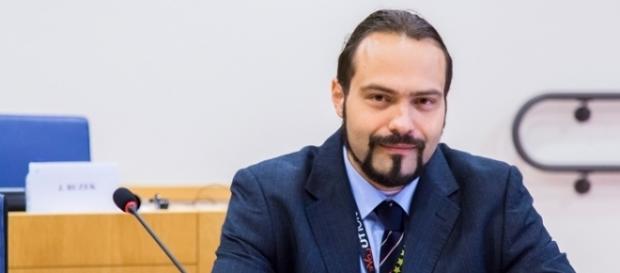 Strage con i gas tossici: l'eurodeputato del M5S, Fabio Massimo Castaldo, solleva dubbi sulle presunte responsabilità di Assad