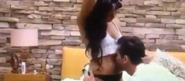 Vídeo mostra cena de Marcos beijando barriga de Emily no BBB (Foto: Instagram / Reprodução)