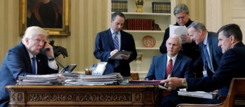 Donald Trump en el despacho Oval con sus asesores
