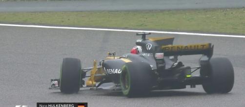 La Renault di Hulkenberg in testa coda in Cina