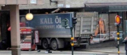 Svezia, camion falcia passanti