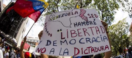 Venezolanos están activos en la calle