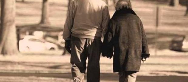 Dopo una vita trascorsa insieme una signora di 79 anni ha ucciso il marito malato e si è suicidata per non lasciarsi più. Foto: youtube.