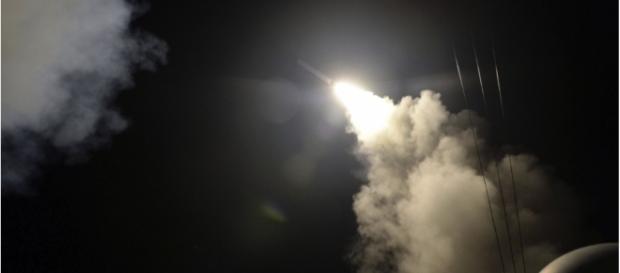 Estados Unidos lançam 59 mísseis contra a Síria.