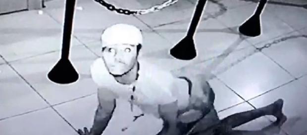Ladrão rouba fazendo pose de quatro - Google