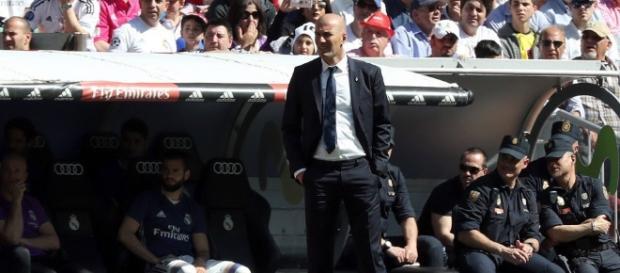 Zinedine Zidane, entrenador del Real Madrid en el banquillo durante el Derbi madrileño
