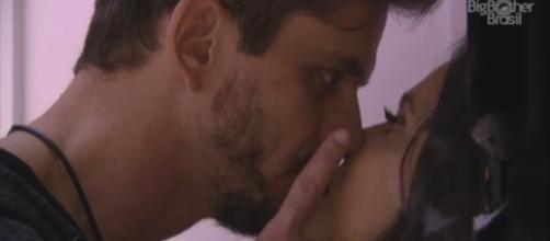 """A sister Emilly quase foi encurralada pelo médico Marcos após a festa """"Emoções"""" (Foto: Reprodução/Rede Globo)"""