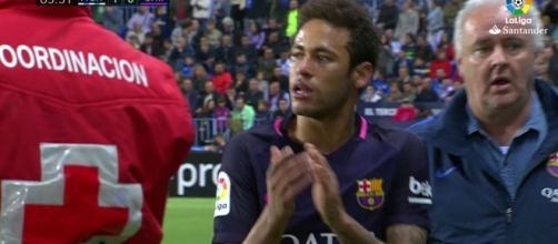 Neymar sale aplaudéndo al cuarto arbitro.