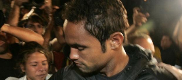 """Goleiro Bruno foi ovacionado por torcida, que escreveu em uma faixa: """"Somos todos Bruno"""""""