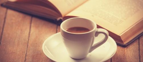 Libro y café, una de las parejas ideales para cualquier momento