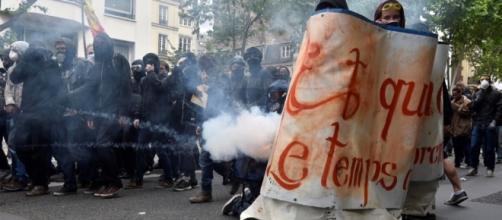 Scontri a Parigi durante la manifestazione contro la riforma del ... - panorama.it