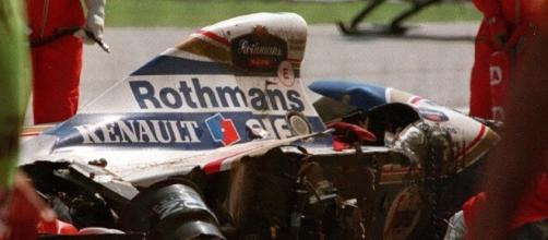 Williams de Ayrton Senna destruída após batida