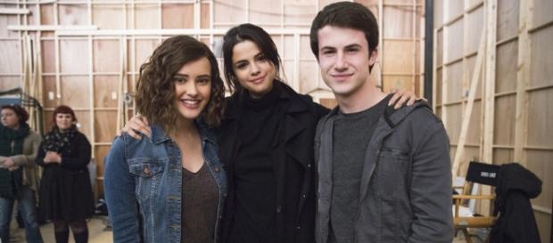 A atriz Katherine Langford e Dylan Minnette com Selena Gomez, produtora de '13 Reasons Why'