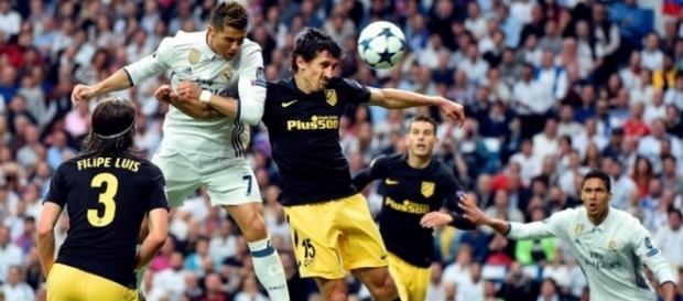 Cristiano Ronaldo (7) cabecea ante la marca de Savic (15) para abrir el marcador. (vía twitter - FIFA.com en Español).