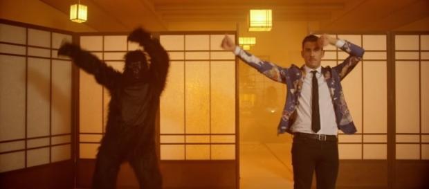 "Francesco Gabbani, dans le clip de ""Occidentali's Karma"""