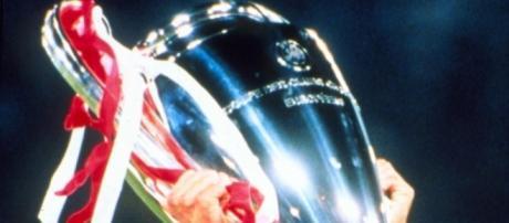 In foto l'ex capitano della Juventus Alessandro Del Piero che solleva il trofeo