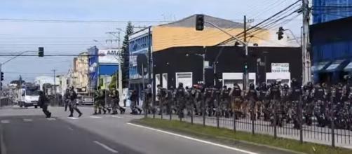 Avenida Marechal Floriano, em Curitiba, e o desfile da Tropa de Choqu, que fará a 'segurança' dos manifestantes