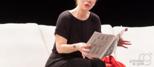 Michela Andreozzi in una scena teatrale