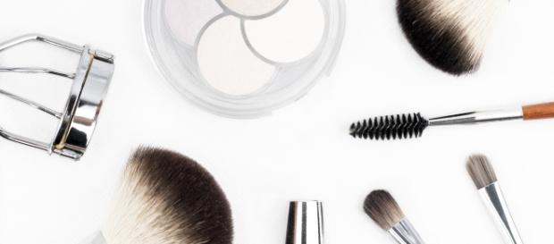 Makeup tools for a flawless face. - Pexels/kinkate