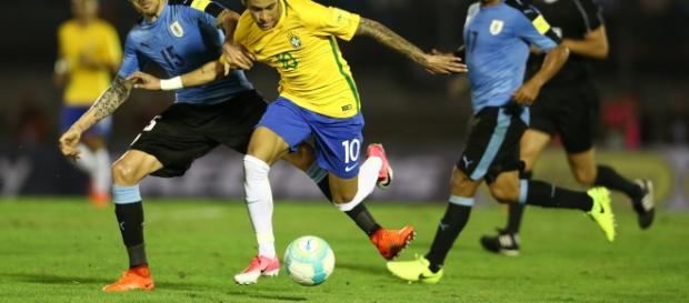 Neymar disputa bola com jogadores uruguaios (Foto: CBF)