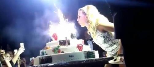 Barbara D'Urso spegne le candeline durante il party per il sessantesimo compleanno