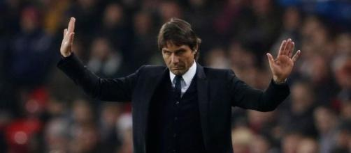 Chelsea boss Antonio Conte gets rousing reception as he attends ... - thesun.co.uk