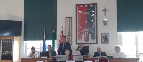 Consiglio Comunale di Pomezia dell'11 maggio 2017. Il sindaco Fucci interviene sulla vicenda dell'incendio alla Eco X (foto A. Gambella)